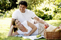Popular : Couple picnicking in the park