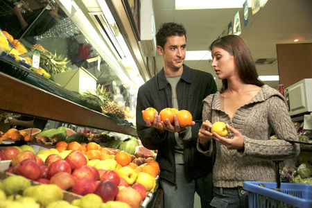 Choosing : A couple shopping for fruits