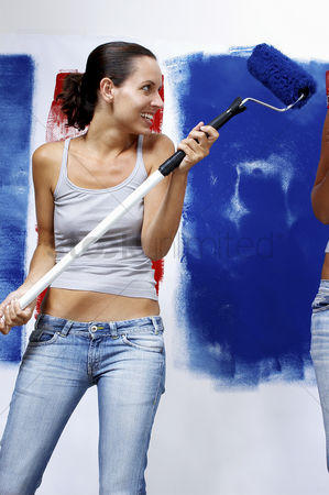 Decor : A woman in jeans playing with a roller