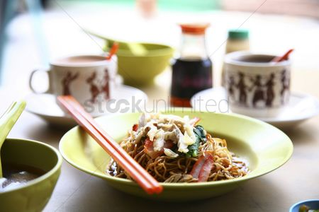 Food  beverage : Asian noodles with hot drinks