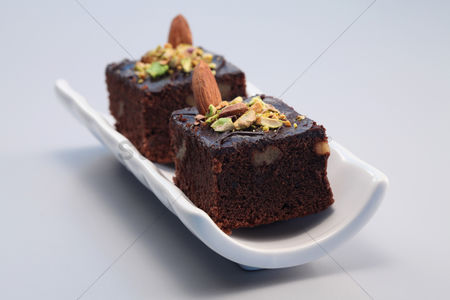 Ready to eat : Brownie with almond and pistachio nut toppings