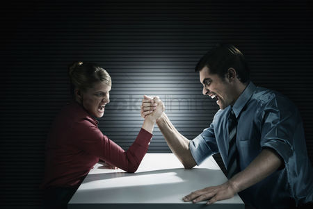 Conceptual : Business people arm wrestling