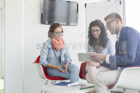 Three quarter length : Business people discussing in meeting room