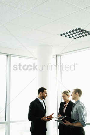 Three quarter length : Business people having discussion
