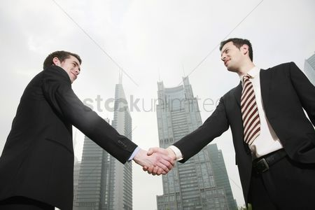 China : Businessmen shaking hands