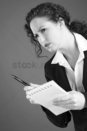 Media : Businesswoman holding a pen and a notepad