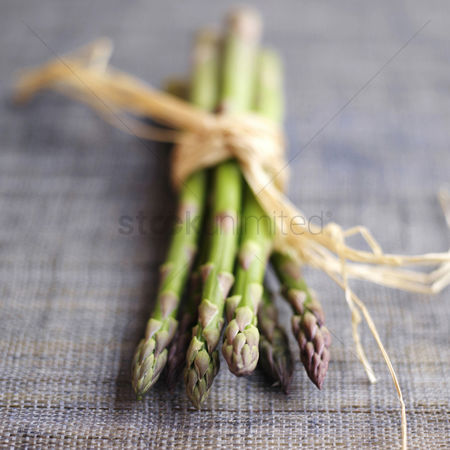 Food  beverage : Close up of a bundle of asparagus