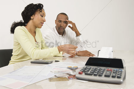 Worry : Couple doing personal finances