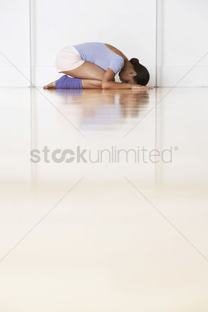 Arts : Dancer crouching in prayer position
