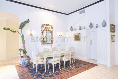 High ceiling : Dining table on patterned rug