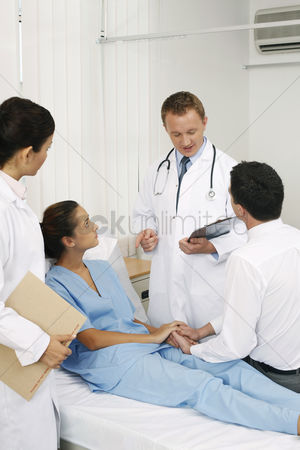 Medical personnel : Doctor giving explanation