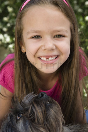 Domesticated animal : Dog looking up at little girl