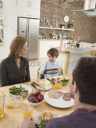 Offspring : Family at dinner table