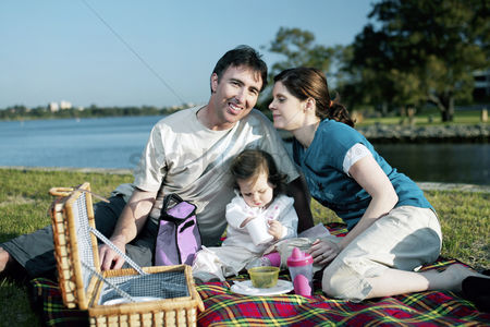 Relaxing : Family picnicking in the park