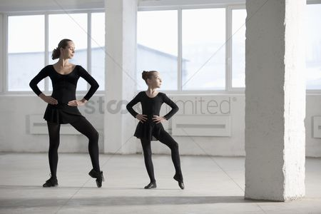Dance : Female dancers with hands on hips