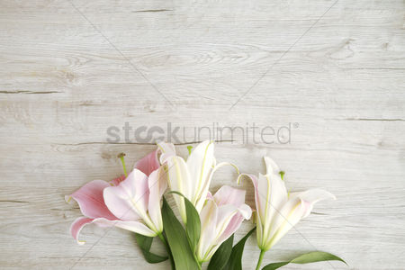 Floral : Flatlay of wooden background with bouquet of flowers
