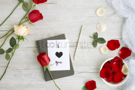 Love : Flatlay of wooden background with roses and journal