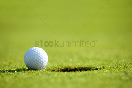 Grass : Golf ball near hole