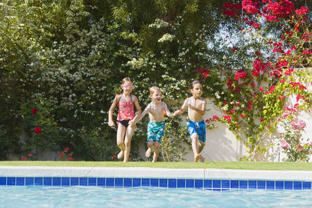 Young boy : Kids running toward swimming pool