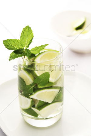 Refreshment : Lime wedges and mint leaves