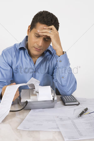 Worry : Man calculating finances