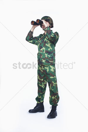 Respect : Man in military uniform using binoculars
