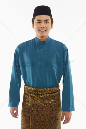 Baju melayu : Man in traditional clothing smiling at the camera