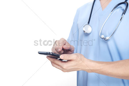 Show : Medical personnel using a smartphone