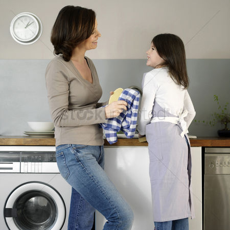 Apron : Mother and daughter washing the dishes together
