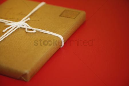 Rope : Package wrapped in brown paper