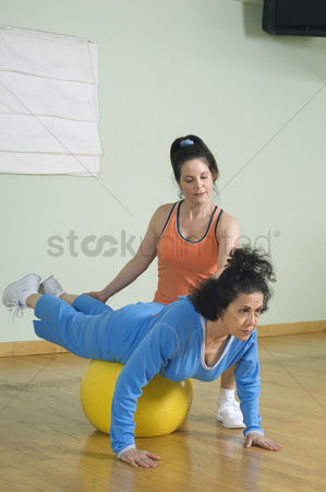 Client : Personal trainer working with senior woman