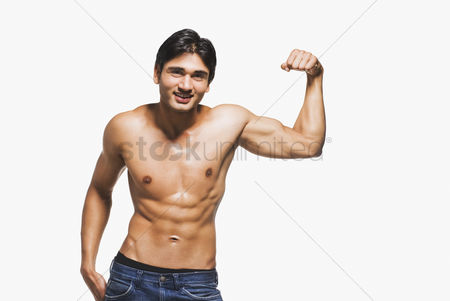 Workout : Portrait of a man showing his biceps