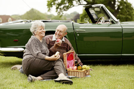 Aging process : Senior couple picnicking in the park