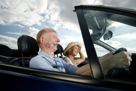 Excited : Senior couple traveling in the car