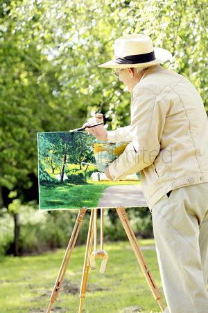 Arts : Senior man painting in the park