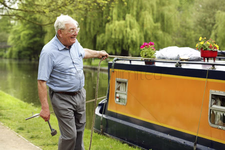 Houseboat : Senior man pulling his houseboat