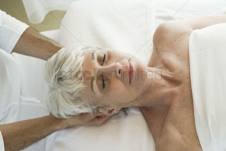 Body : Senior woman having head massage