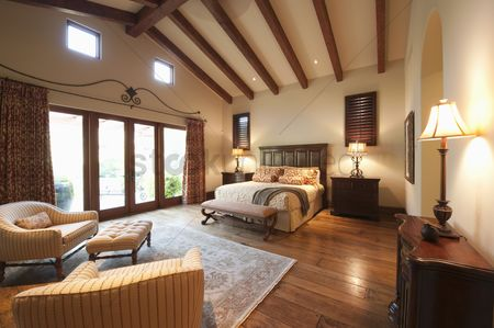 High ceiling : Spacious high beamed bedroom