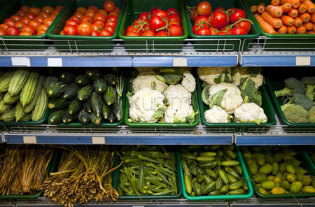 Food : Variety of fresh vegetables on display in grocery store