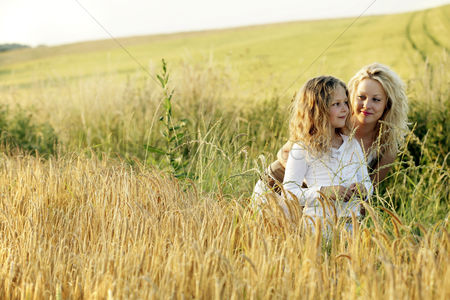 Curly hair : Woman and girl in a wheat field