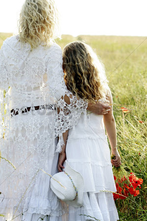 Curly hair : Woman and girl in the meadow
