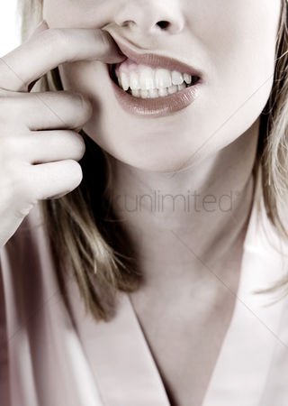 Strong : Woman checking her gums