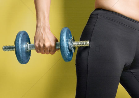 Dumbbell : Woman holding a dumbbell