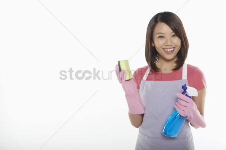 Apron : Woman holding a sponge and spray bottle