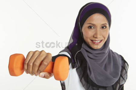 Dumbbell : Woman holding out a dumbbell