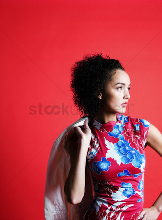 Attitude : Woman in floral dress posing for the camera
