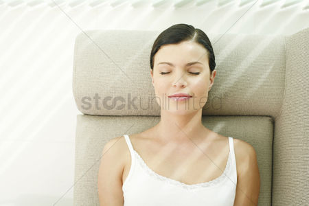 Comfort : Woman lying on the couch with her eyes closed