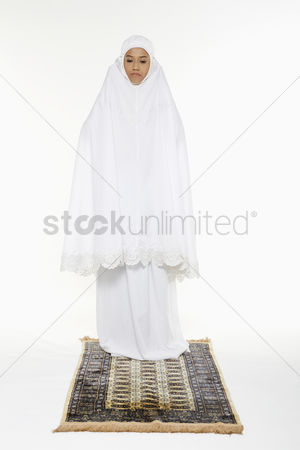 God : Woman opening takbir and saying allahu akbar