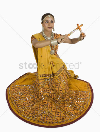 Dance : Woman performing dandiya