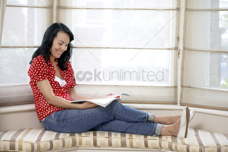 Hobby : Woman reading a magazine
